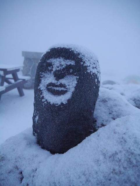 雪化粧の山男 石像